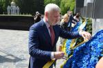 Депутаты «Відродження» возложили цветы к Мемориалу Славы по случаю Дня памяти и примирения